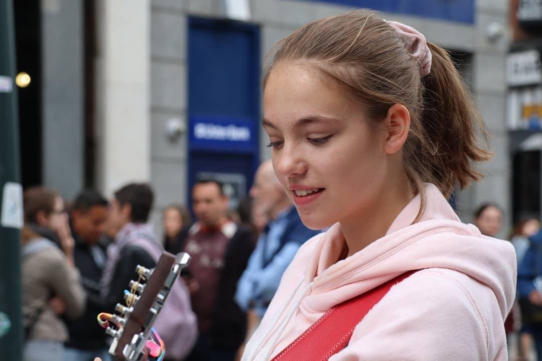 Allie Sherlock Pengamen Keren